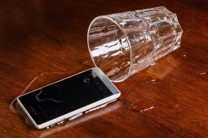 Что делать если айфон упал в воду?
